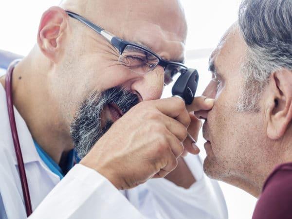 الفحص التشريحي والتركيبي لوجه المريض وخاصة منطقة العين والجفون