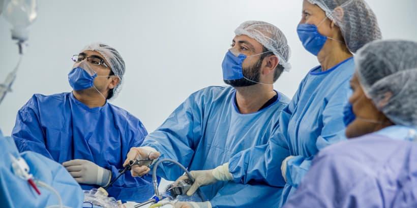 فريق طبي ينفذ عملية تحويل مسار المعدة