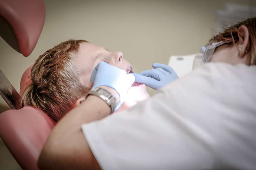 طبيب يفحص تلبيس الاسنان