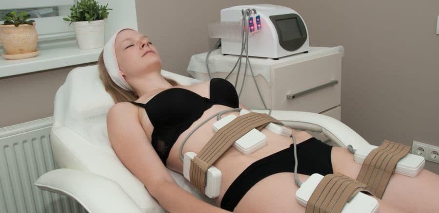 عملية شفط الدهون بالليزر لامرأة